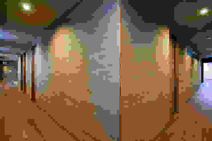廊下 依田英和建築設計舎 モダンスタイルの 玄関&廊下&階段