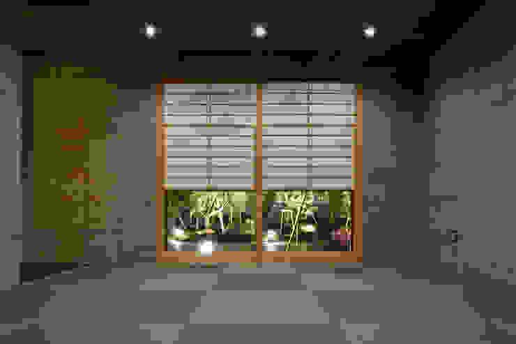 Salas multimedia de estilo moderno de 依田英和建築設計舎 Moderno