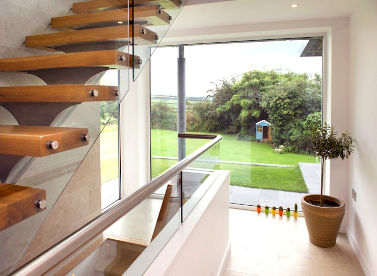 Contemporary Home, Bude, Cornwall Pasillos, vestíbulos y escaleras modernos de The Bazeley Partnership Moderno