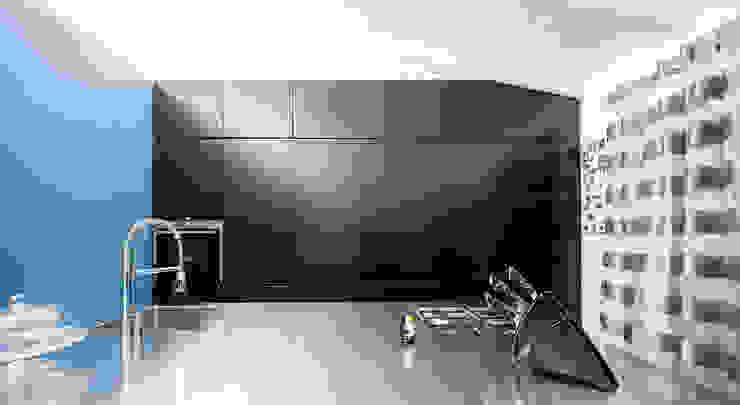 the blue whale Cucina minimalista di 23bassi studio di architettura Minimalista
