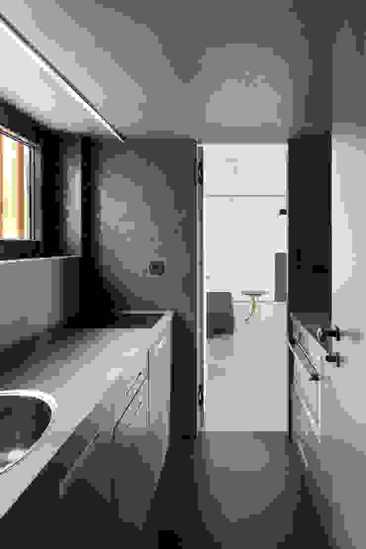 Lake Cabin Cocinas de estilo moderno de FAM Architekti Moderno