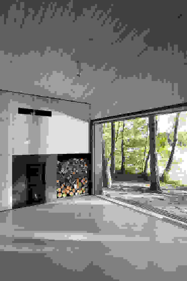 Lake Cabin Salas de estilo moderno de FAM Architekti Moderno