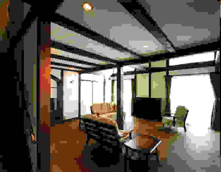 ห้องนั่งเล่น โดย 中間建築設計工房/NAKAMA ATELIER, สแกนดิเนเวียน