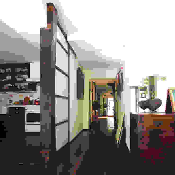 Couloir, entrée, escaliers classiques par ユミラ建築設計室 Classique