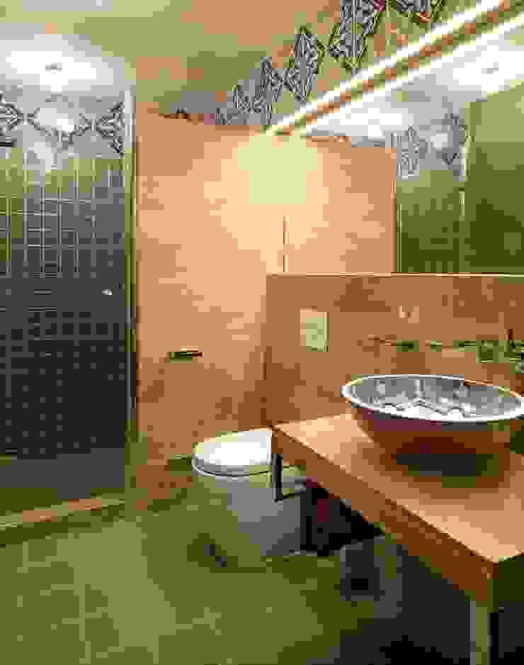 Санузел при сауне Ванная комната в тропическом стиле от Abwarten! Тропический