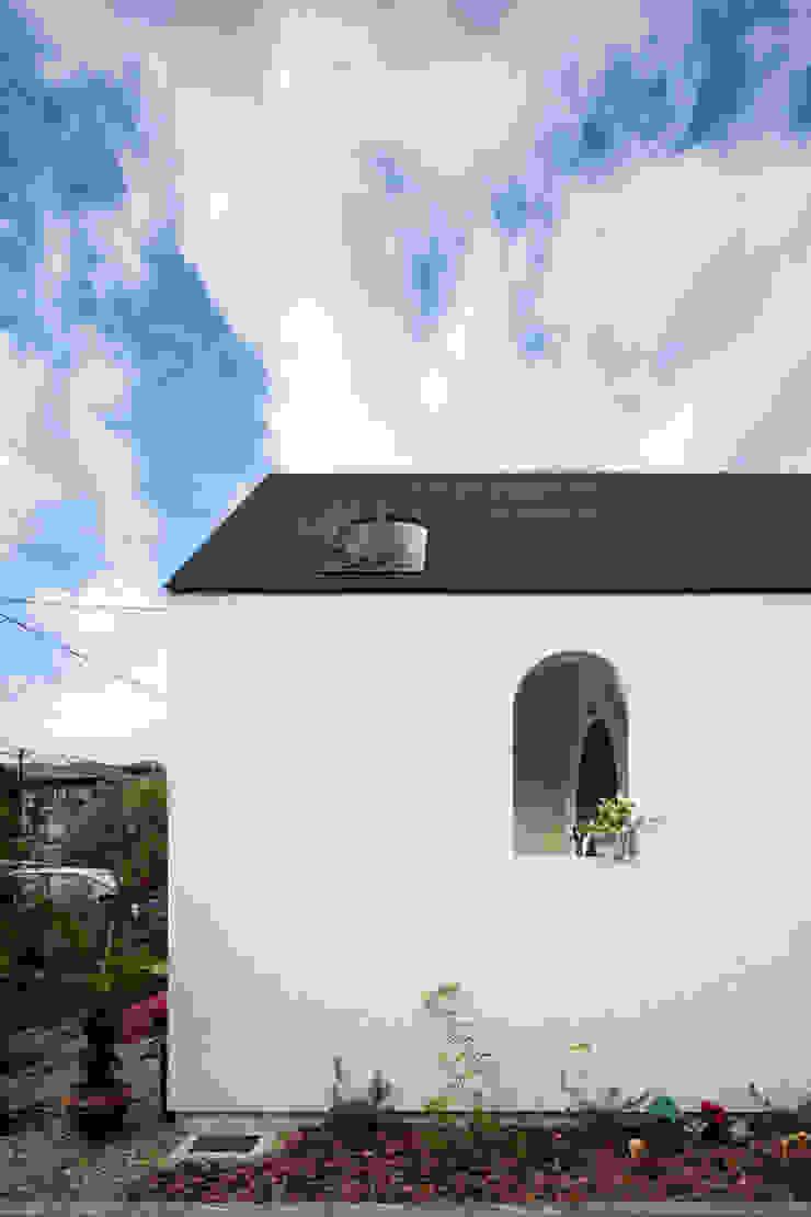 株式会社 藤本高志建築設計事務所 Mediterranean style windows & doors Wood White