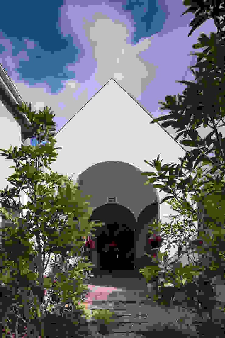 株式会社 藤本高志建築設計事務所 Eclectic style houses Wood White