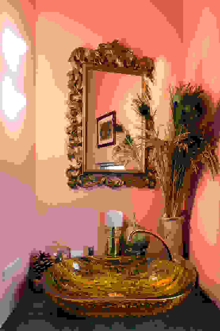 株式会社 藤本高志建築設計事務所 Eclectic style bathroom Wood Pink