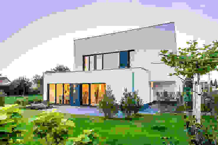 Gartenansicht Moderne Häuser von Sommer Passivhaus GmbH Modern