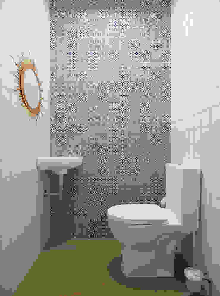 Санузел гостевой Ванная комната в стиле кантри от Krupp Interiors Кантри