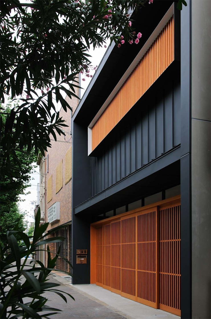 House just in front 日本家屋・アジアの家 の Hiromu Nakanishi Architects 和風