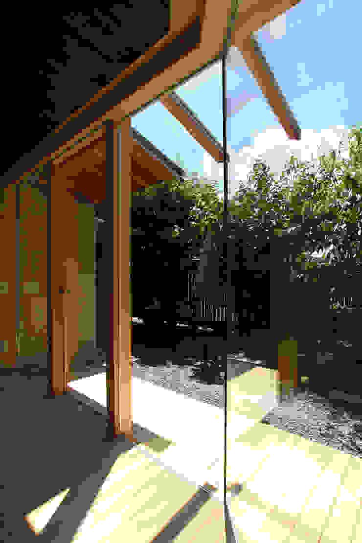 リビングから庭を望む モダンデザインの リビング の ATS造家設計事務所 モダン
