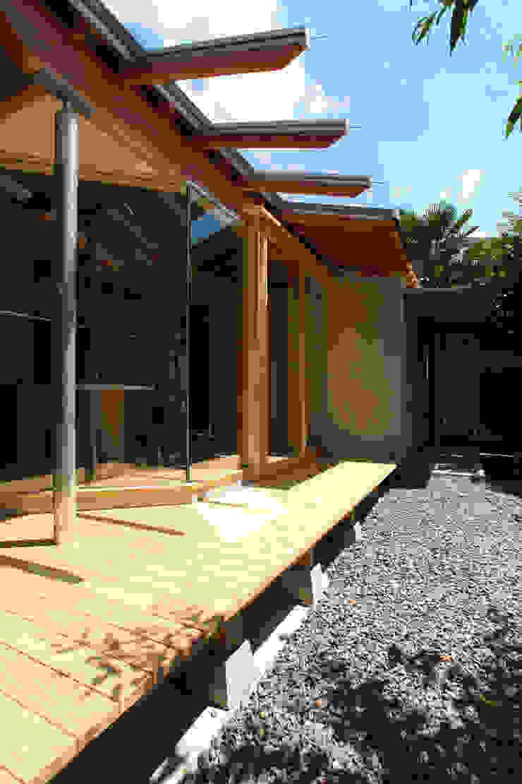 ガラス屋根のある縁先 モダンな 家 の ATS造家設計事務所 モダン