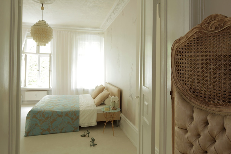 Dormitorios de estilo  por homify,