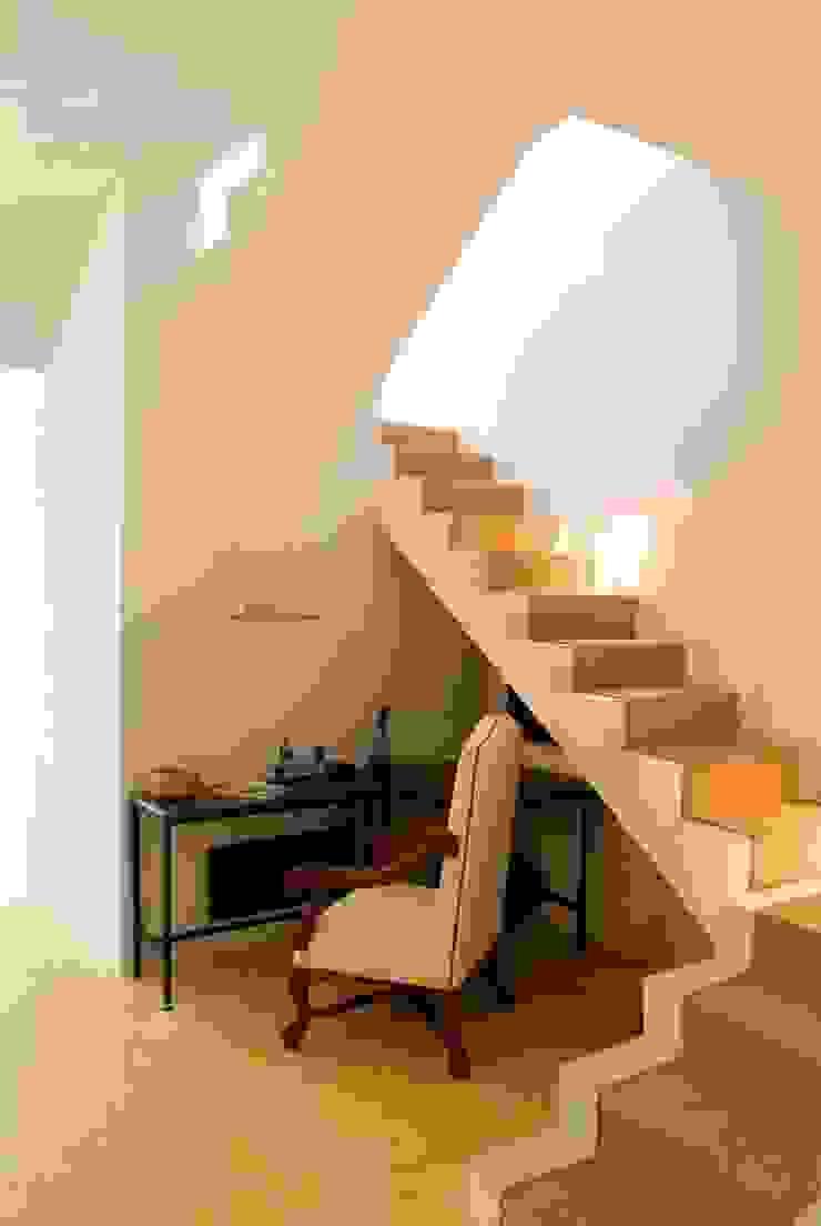 Escaleras Pasillos, vestíbulos y escaleras eclécticos de Taller Estilo Arquitectura Ecléctico