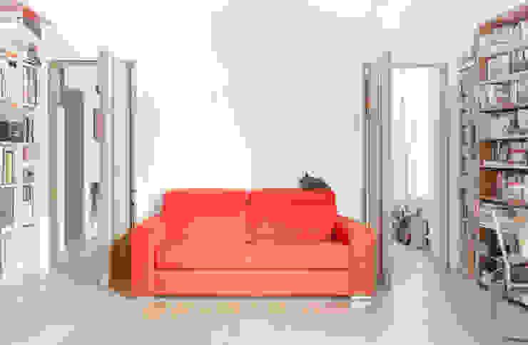 porte pivottanti nello studio Studio in stile classico di Giovanna Cavalli Architetto Classico