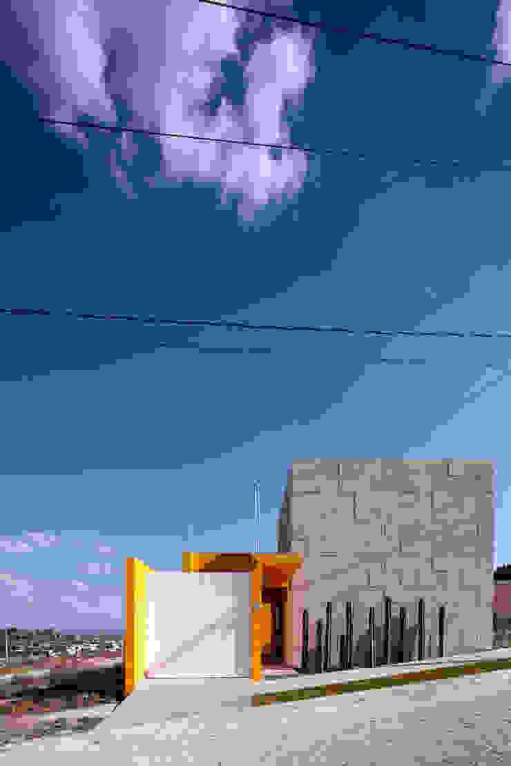 Fachada Principal Casas eclécticas de ARQXIOMA - Arquitectura Mexicana Diseño Experimental Ecléctico