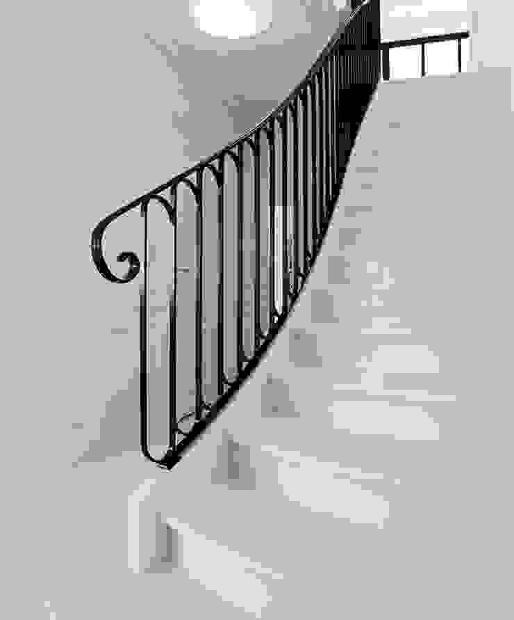 ST497 Białe schody gięte / ST497 White Curved Stairs Klasyczny korytarz, przedpokój i schody od Trąbczyński Klasyczny