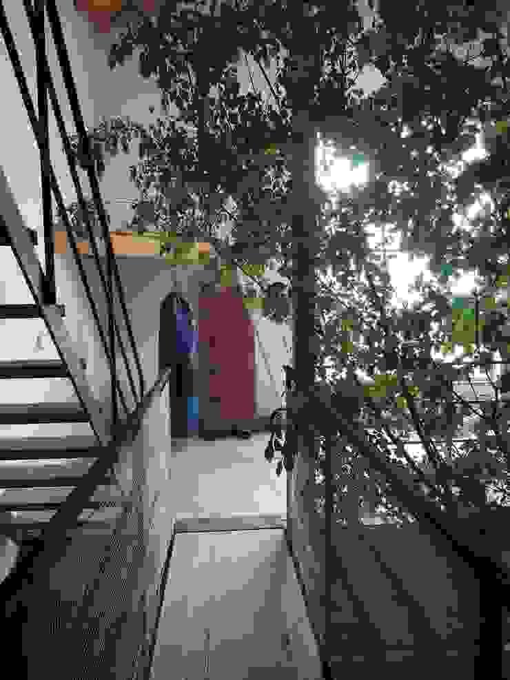 Eclectic corridor, hallway & stairs by 一級建築士事務所ヨネダ設計舎 Eclectic