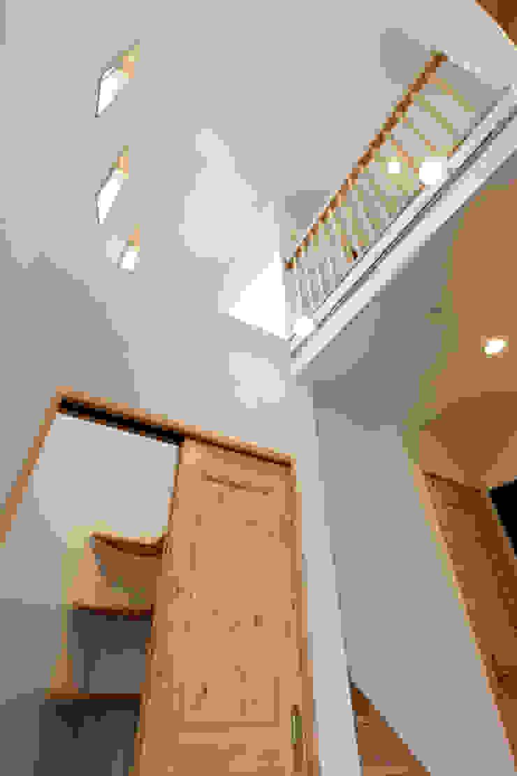 見せたがらない家 カントリースタイルの 玄関&廊下&階段 の 有限会社タクト設計事務所 カントリー