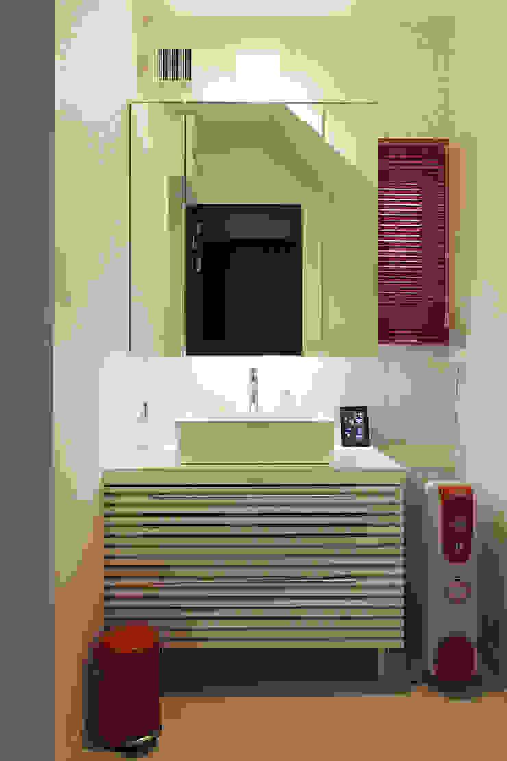 Phòng tắm phong cách hiện đại bởi 有限会社タクト設計事務所 Hiện đại