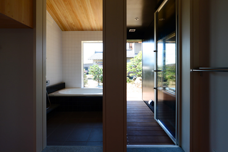 Eclectic style bathrooms by 丸山晴之建築事務所 Eclectic