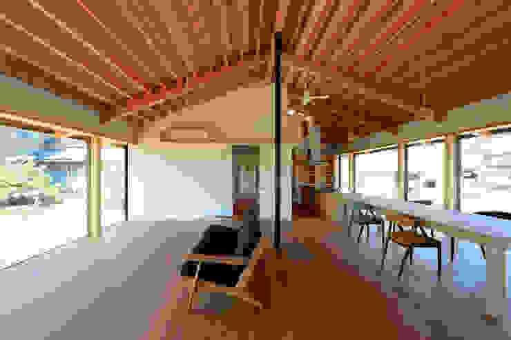 「林の中に住む。」 オリジナルデザインの リビング の 丸山晴之建築事務所 オリジナル