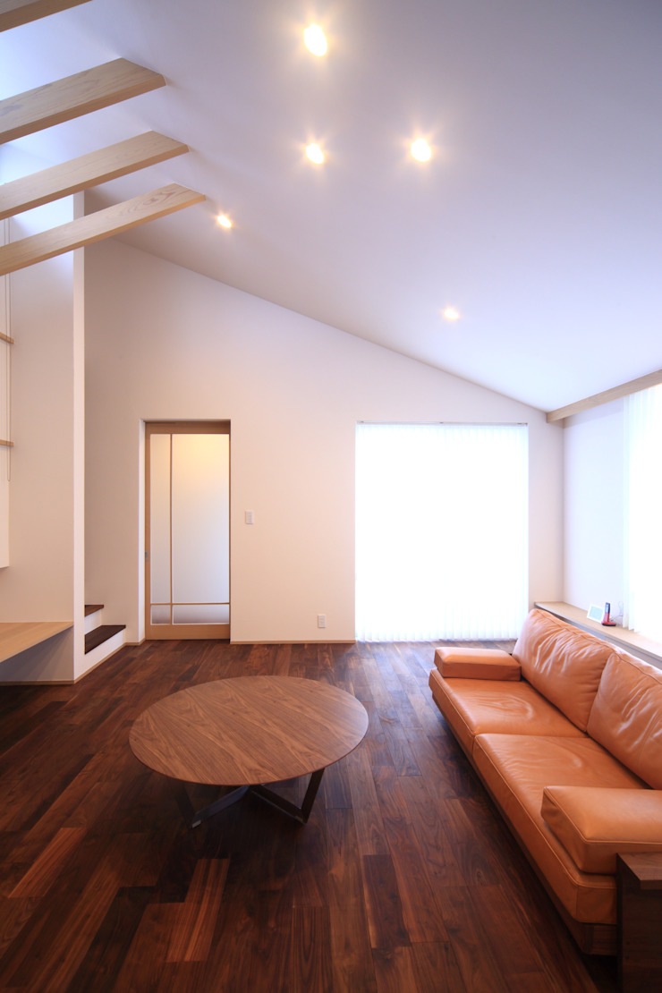 Modern living room by MA設計室 Modern