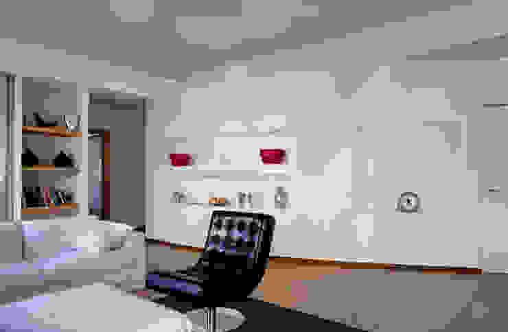 Salas de estilo moderno de MAT architettura e design Moderno