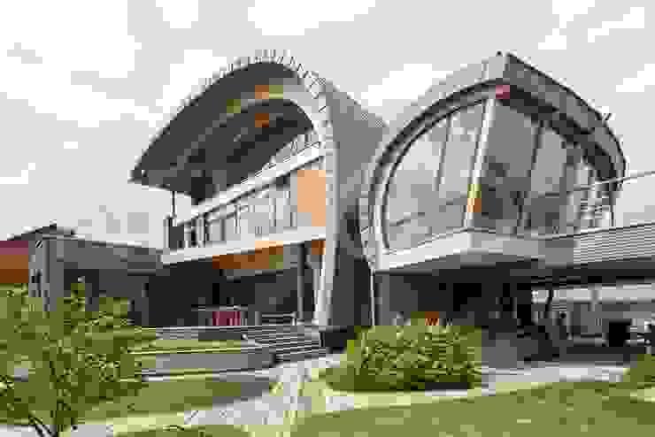 بلكونة أو شرفة تنفيذ NEWOOD - Современные деревянные дома,