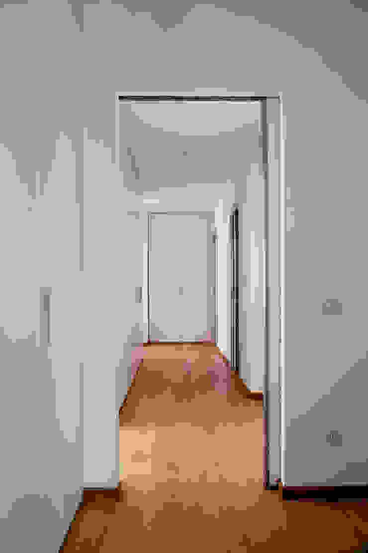 Pasillos, vestíbulos y escaleras de estilo moderno de MAT architettura e design Moderno
