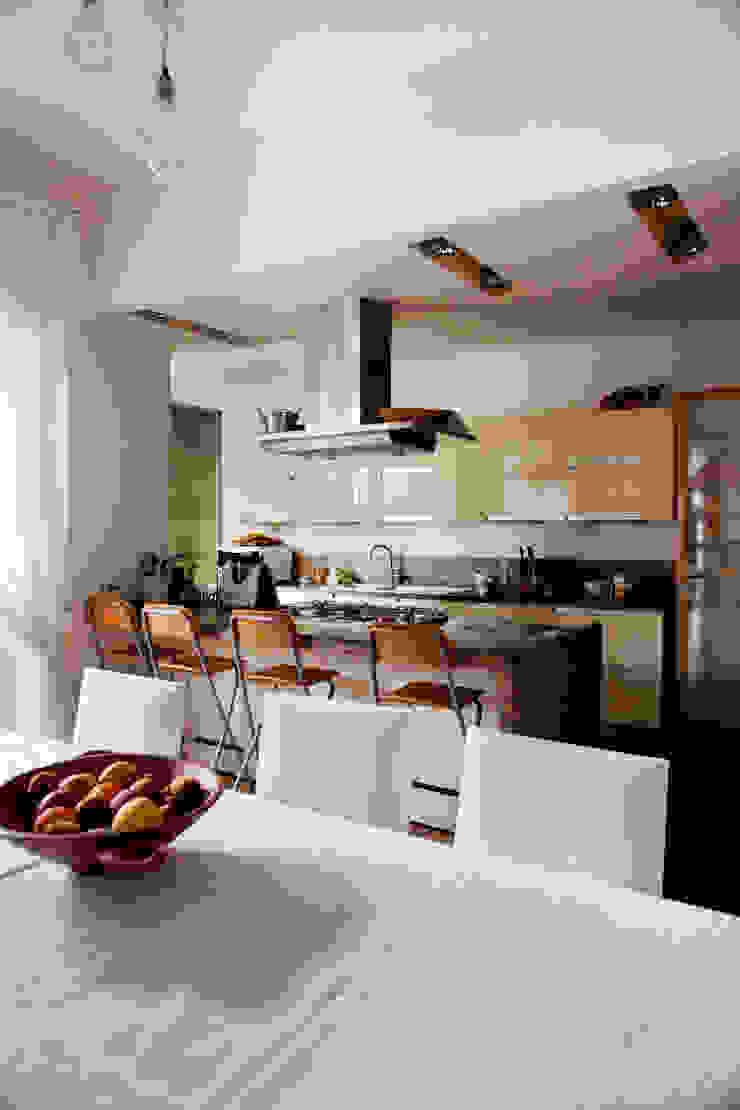 Cocinas de estilo moderno de MAT architettura e design Moderno