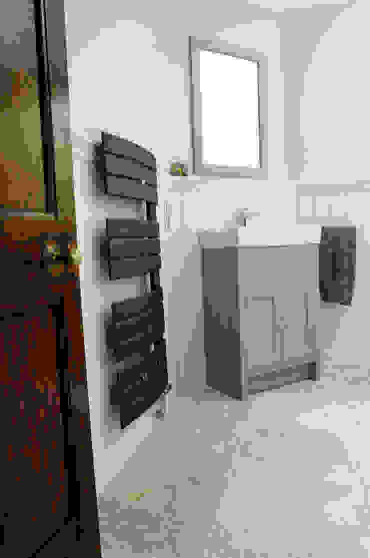 Black bathroom towel radiator Baños de estilo moderno de Mr Central Heating Moderno