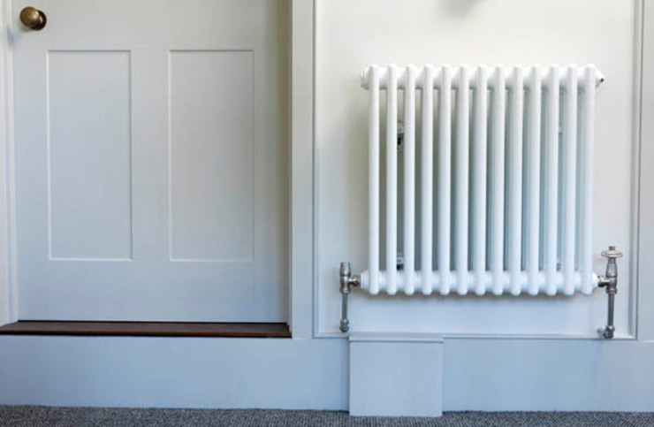 White two column radiator Pasillos, vestíbulos y escaleras de estilo moderno de Mr Central Heating Moderno