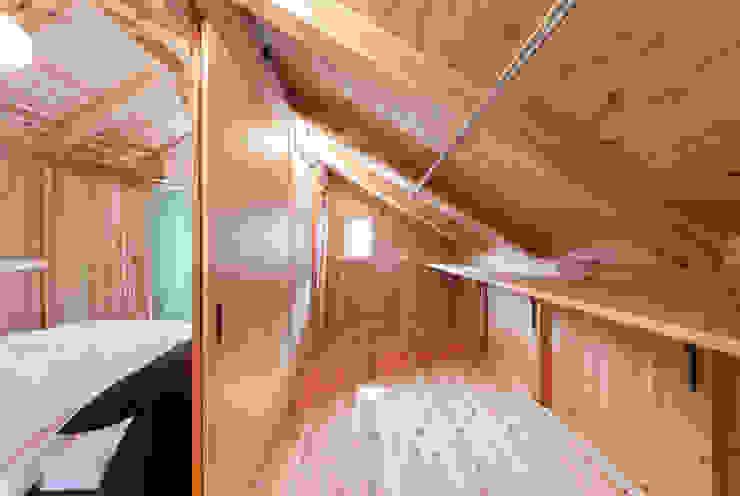 石井の住宅 カントリーデザインの 多目的室 の 中飯賀業建築研究所 カントリー