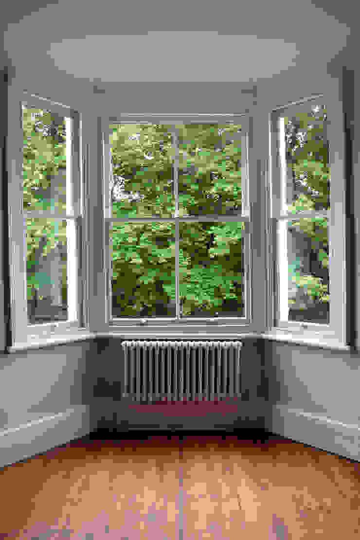 White three column radiator Salas de estilo moderno de Mr Central Heating Moderno