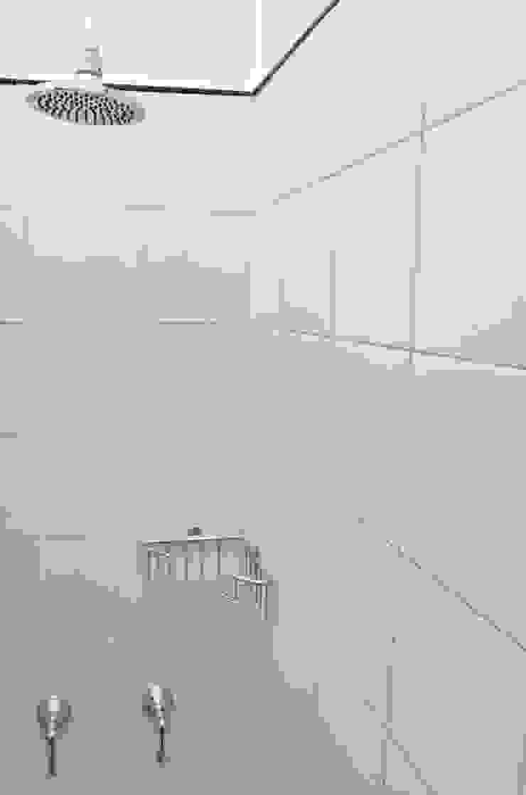 Modern bathroom by GUTMAN+LEHRER ARQUITECTAS Modern