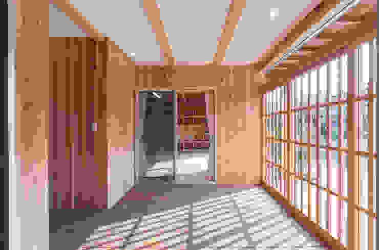 Eclectische balkons, veranda's en terrassen van 中飯賀業建築研究所 Eclectisch