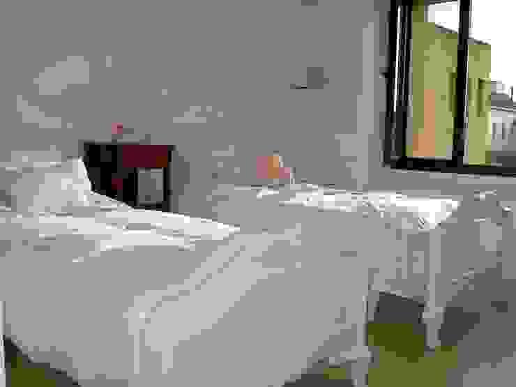 camas y biblioteca: Dormitorios infantiles  de estilo  por BAIRES GREEN MUEBLES
