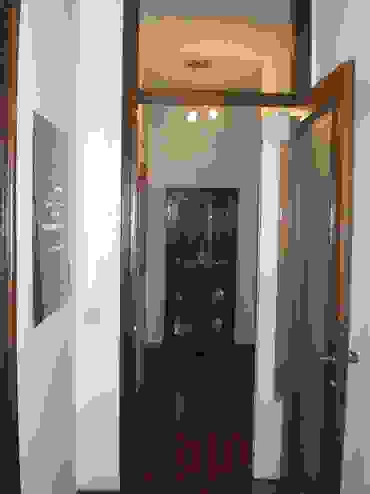 PRIMA: l'ingresso visto dal bagno di sistemarredi di anna cavezzali Moderno