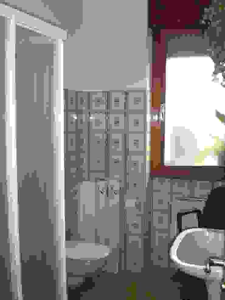 PRIMA: il bagno di sistemarredi di anna cavezzali Moderno