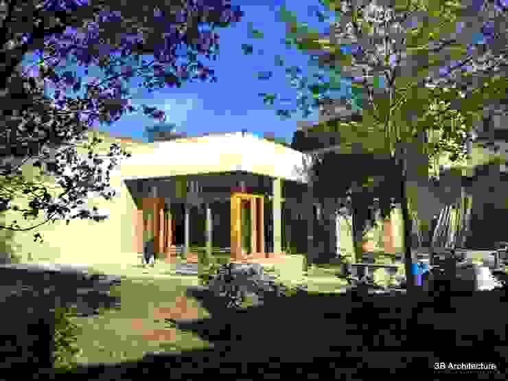 Chantier - Avec la finalisation des enduits extérieurs, la maison prend place dans son site. Fenêtres & Portes modernes par 3B Architecture Moderne