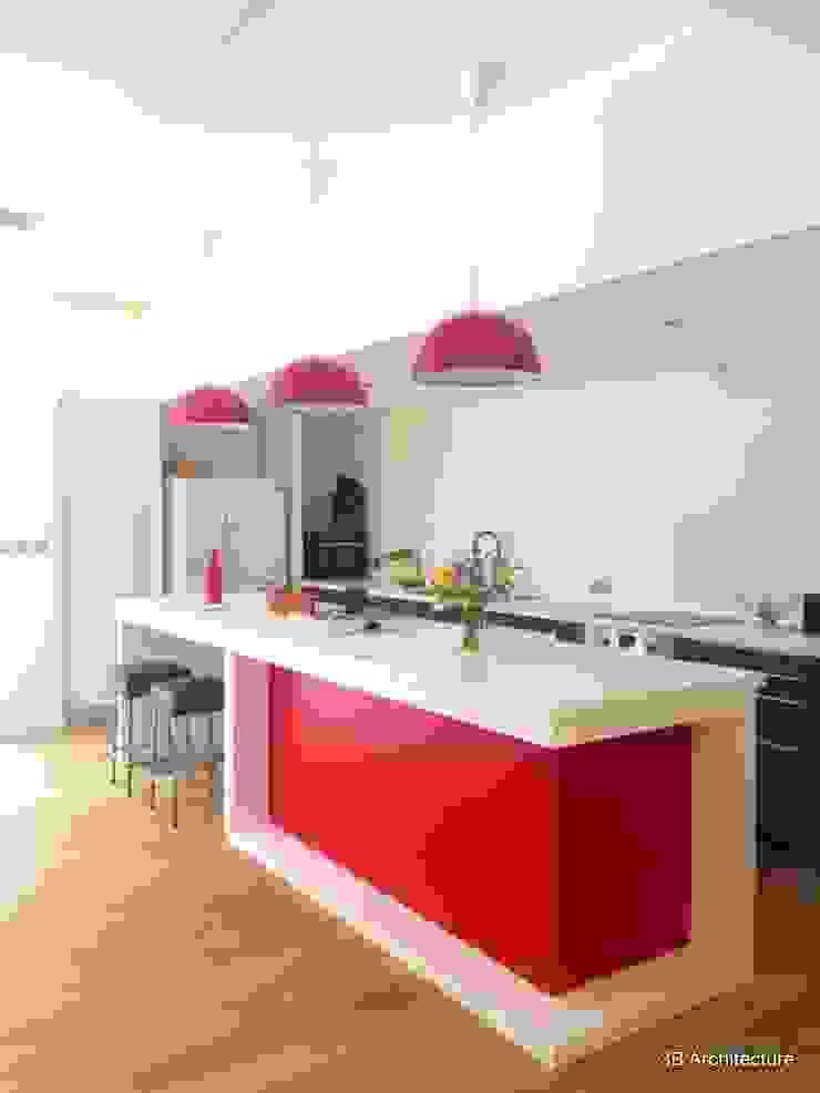 Formes simples et couleurs vives pour l'espace repas. Cuisine moderne par 3B Architecture Moderne