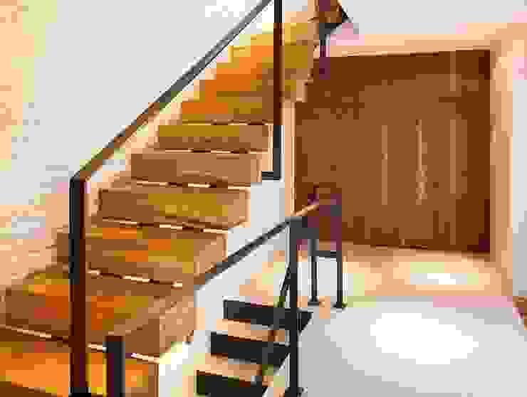 Pasillos y vestíbulos de estilo  por KODO projekty i realizacje wnętrz, Moderno