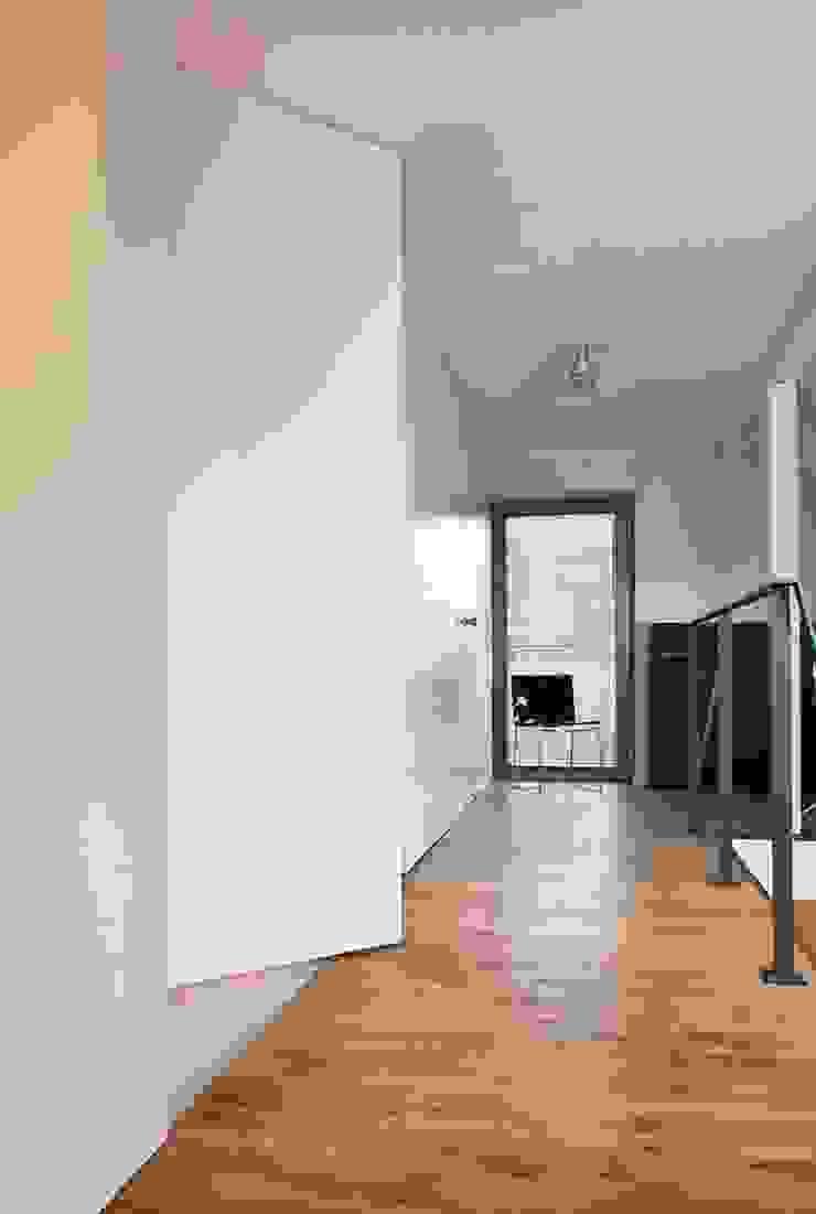Hall Nowoczesny korytarz, przedpokój i schody od KODO projekty i realizacje wnętrz Nowoczesny