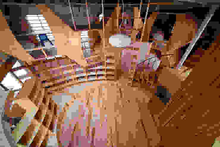 Salas de estilo ecléctico de 一級建築士事務所 東島鋭建築設計工房 Ecléctico
