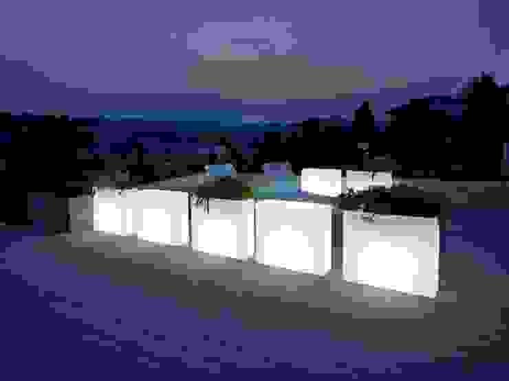 Donice podświetlane KUBE CASETTA: styl , w kategorii Balkon, weranda i taras zaprojektowany przez Hydroponika - Wnętrz i zieleń