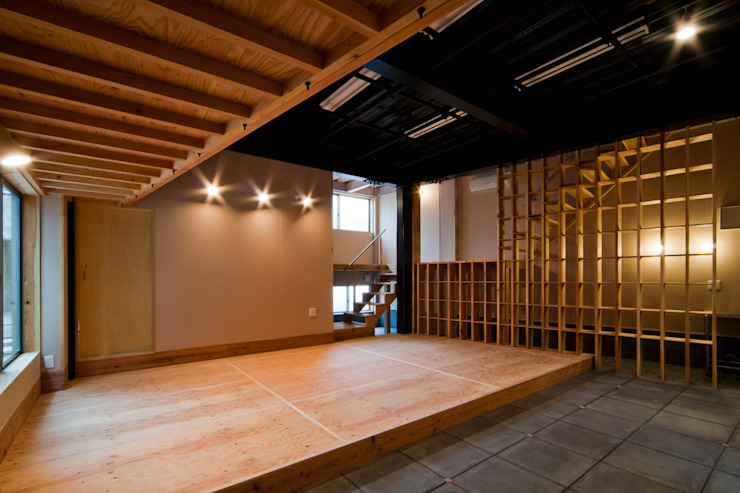 土間と多目的スペース オリジナルデザインの 多目的室 の 一級建築士事務所 東島鋭建築設計工房 オリジナル