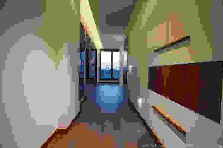 Corredores, halls e escadas modernos por LEMUR Architekci Moderno
