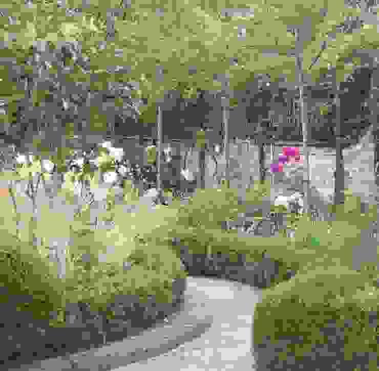 Chiswick Mall garden Classic style garden by Ruth Willmott Classic
